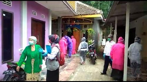 Petugas saat melakukan pemeriksaan di Desa Sumberejo, Kecamatan Batu. (Foto: Istimewa)