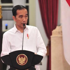 Aksi Jokowi Bagikan Sembako Langsung ke Rumah Warga Kembali Jadi Sorotan