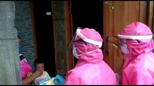 Petugas saat melakukan tracing kepada warga yang melayat di Kecamatan Pujon di Desa Sumberejo, Kecamtan Batu. (Foto: istimewa)