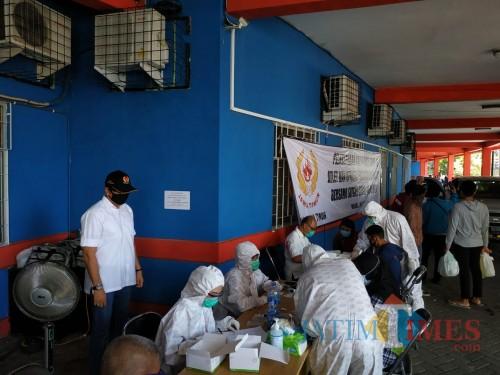 Suasana penyelenggaraan rapid test yang dilakukan KONI Jatim di halaman KONI Kota Malang. (Hendra Saputra)
