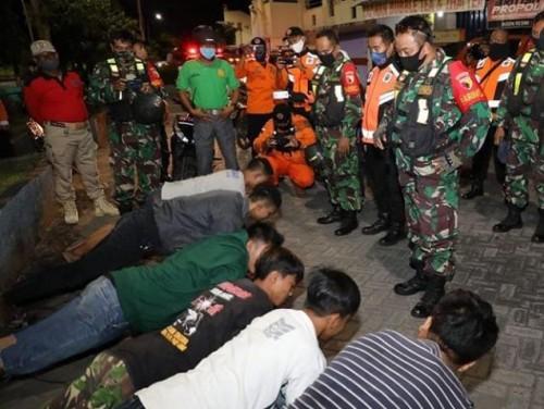 Beberapa pemuda yang kedapatan nongkrong tanpa mengenakan masker kena hukuman dari petugas patroli, Jumat malam (1 /05/2020). (Foto:Istimewa)