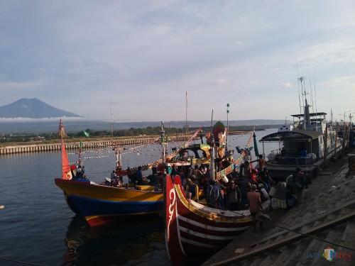 Suasana bongkar muat di Pelabuhan Boom Banyuwangi. (Nurhadi/Banyuwangi Times)