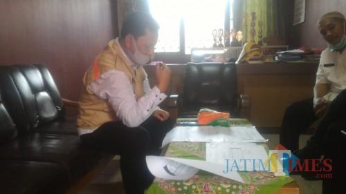 Camat Kalibaru Ahmad Nuril Falah, melakukan pengecekan jadwal petugas cek poin Kalibaru (Nurhadi Banyuwangi Jatim Times)