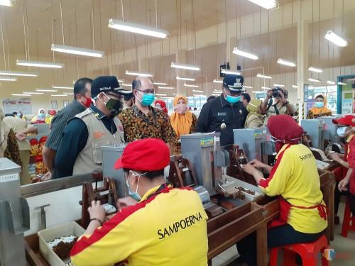 Wali Kota Malang Sutiaji (paling kiri rompi krem) saat meninjau area kerja karyawan PT HM Sampoerna Malang, Senin (4/5). (Arifina Cahyanti Firdausi/MalangTIMES).