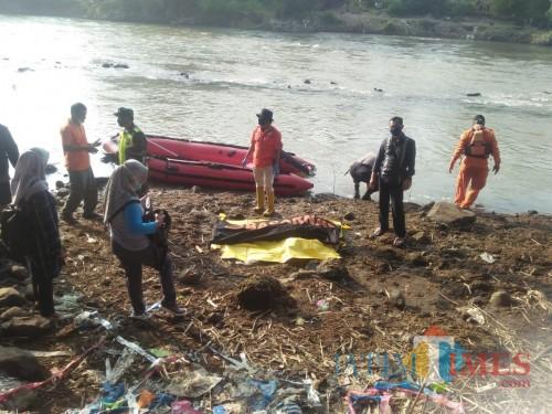 Inafis Polres Tulungagung dibantu warga mengevakuasi jasad korban tenggelam, Yordan (ist)