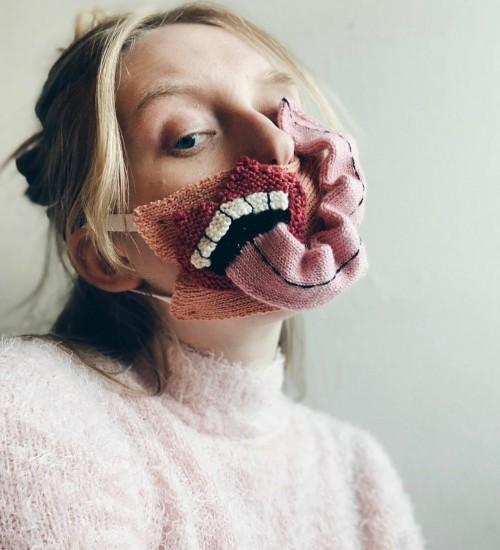 Masker unik mirip monster dari bahan rajut. (Foto: instagram @yrurari).