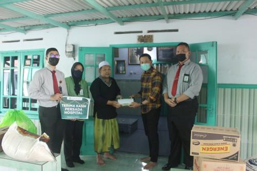 Penyaluran bantuan dalam kegiatan Bakti Sosial Persada Hospital Malang. (Foto: Dokumentasi Persada Hospital).