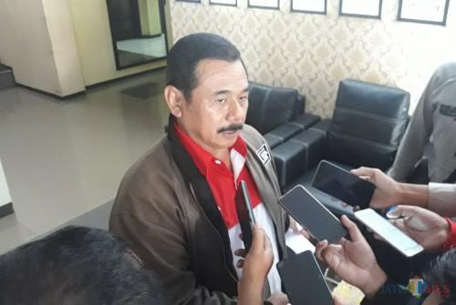 Koordinator LIRA Malang Raya M. Zuhdy Achmadi saat di Polresta Malang Kota untuk melaporkan salah satu merk handphone yang dalam acara buka bersama menghidangkan bir di meja makannya, Senin (20/5/2020). (Foto: Tubagus Achmad/MalangTimes)