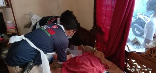 Petugas PSC saat memeriksa kondisi korban usai terpeleset dan terjatuh di Sungai Brantas. (Ist)