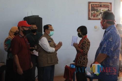 Bupati Blitar serahkan BLT-DD di wilayah Blitar Timur, wujud negara hadir untuk rakyat.(Foto : Aunur Rofiq/BlitarTIMES)