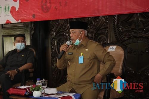 Bupati Malang HM Sanusi (pegang mikrofon) saat menjelaskan tindak lanjut instruksi Gubernur Jatim terkait penerapan PSBB