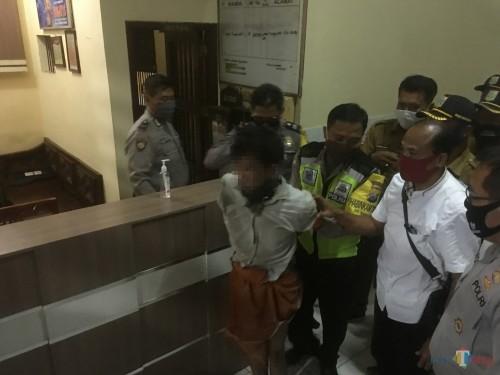 Pelaku penganiayaan (paling depan) yang sebabkan seorang balita meninggal dunia saat diamankan ke Polsek Bululawang (Foto : Ashaq Lupito / MalangTIMES)
