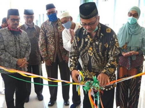Rektor UIN Malang, Prof Dr Abdul Haris MAg meresmikan masjid Ibnu Sina di FKIK Kampus 3 UIN Malang. (Foto: Humas)