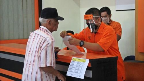 Pembagian bantuan sosial tunai senilai Rp 600.000,-/ bulan selama tiga bulan dimulai di Kantor Pos Kota Kediri. (Foto: Ist)