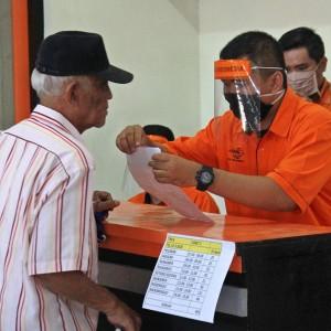 Hari Pertama, 1.707 KPM Kota Kediri Terima Bansos Tunai Via Kantor Pos