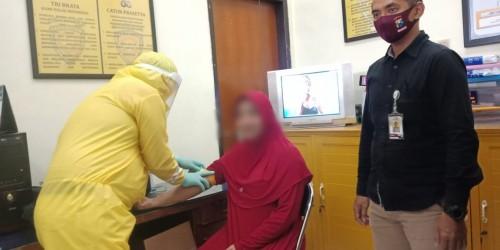Salah satu tahanan titipan yang menjalani tes kesehatan di ruang Tahti Polresta Malang Kota (Ist)