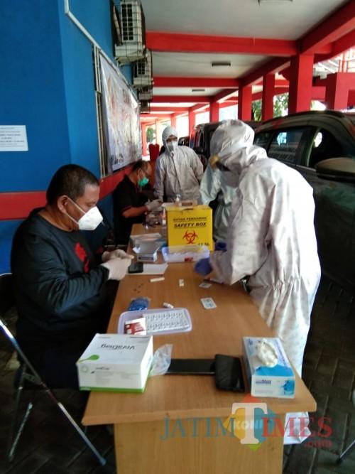 Suasana rapid test kedua yang dilakukan KONI Jatim kepada atlet puslatda di kantor KONI Kota Malang. (Hendra Saputra)