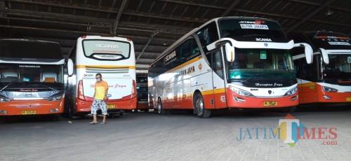 Salah satu bus Harapan Jaya jurusan Jakarta bersiap berangkat. (Foto: Joko Pramono/JatimTIMES)