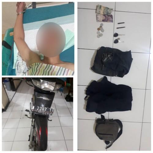 Kondisi tersangka Fathur Rozi yang sedang terbaring di rumah sakit dengan tangan terborgol beserta barang bukti yang berhasil diamankan petugas kepolisian. (Foto: Humas Polres Malang for MalangTimes)