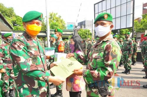 Dandim 0808/Blitar Letkol Inf Kris Bianto menyerahkan bingkisan lebaran kepada anggota.(Foto : Malik Naharul/BlitarTIMES)