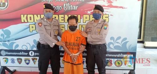 Pelaku P diamankan Satreskrim Polres Blitar setelah mencabuli muridnya sendiri.(Foto : Aunur Rofiq/BlitarTIMES)