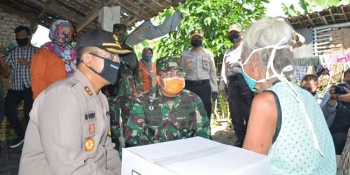 Polres Madiun Kota Bagikan Bantuan Sosial Kepada Masyarakat Terdampak Covid19. (Foto:Istimewa)