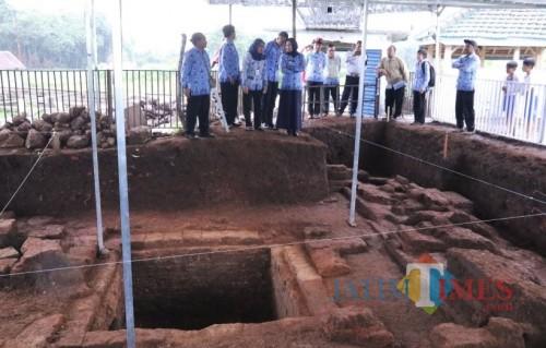 Wali Kota Batu Dewanti Rumpoko saat meninjau penemuan situs Pendem sebelum pandemi Covid-19 di Desa Pendem, Kecamatan Junrejo. (Foto: istimewa)