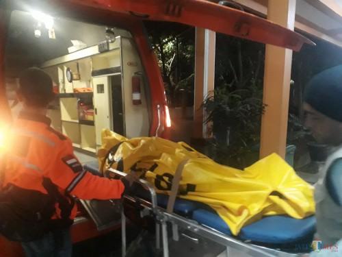 Jenazah Aulia (17), korban pembunuhan di daerah Talangagung, Kecamatan Kepanjen, Kabupaten Malang, saat dikeluarkan dari mobil ambulans untuk ditempatkan di kamar mayat RSSA Kota Malang, Sabtu (16/5/2020). (Foto: Tubagus Achmad/MalangTimes)