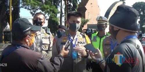 Karo OPS Polda Jatim, Kombes Pol Muhammad Firman saat meninjau Pos Check Point Batas Kota Adi Putro (Amin/MalangTIMES)