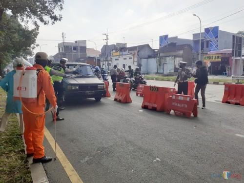 Suasana pemantauan kendaraan di kawasan check point exit tol Madyopuro pada hari pertama PSBB, pagi ini (Minggu, 17/5). (Arifina Cahyanti Firdausi/MalangTIMES).