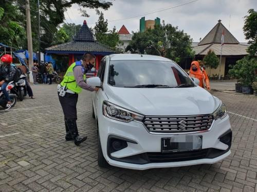 Petugas check point batas kota di Bale Arjosari saat memeriksa kendaraan dari luar Malang. (Ist))
