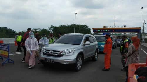 Pemeriksaan kesehatan di check point exit Madyopuro Tol Mapan (Pipit Anggraeni/MalangTIMES).
