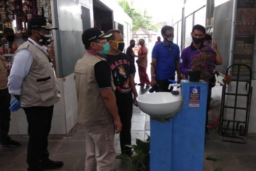 Wali Kota Malang Sutiaji (memakai masker hijau) saat melakukan pemantauan di Pasar Sukun, Kota Malang, Minggu (17/5). (Foto: Istimewa).