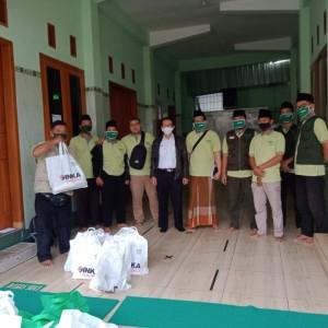 Terobos Hujan, PT IMS Bersama Lazisnu Tetap Bagikan Paket Sembako