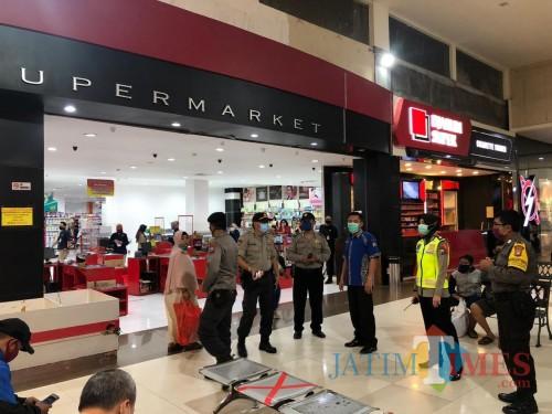 Anggota Polsek Kaliwates saat berjaga di Mall untuk mengantisipasi berjubelnya pengunjung (foto : istimewa / Jatim TIMES)