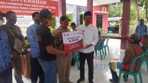 Bupati Ngawi IR H. Sulistyono hadir dalam penyaluran BLT di Kecamatan Padas, Ngawi, Senin (18/05/2020)