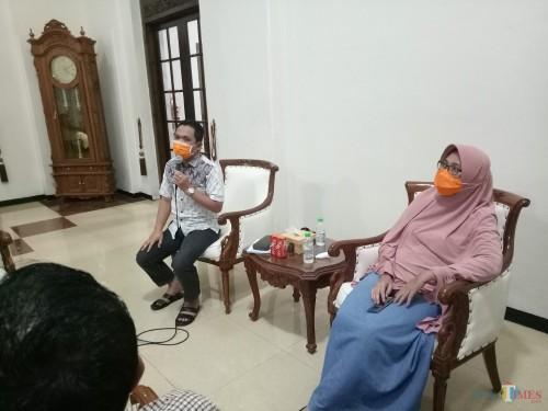 Bupati Lumajang H. Thoriqul Haq dan Wakil Bupati Ir. Hj. Indah Amperawati saat konferensi pers (Foto : Moch. R. Abdul Fatah / Jatim TIMES)