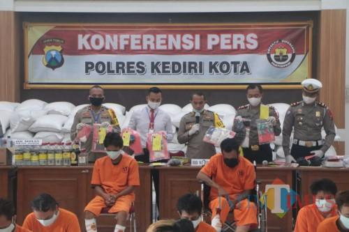 Kapolresta Kediri AKBP Miko Indrayana saat menggelar press release. (eko arif s/jatimtimes)