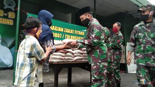 Komandan Kodim Tulungagung, Letkol Inf. Wildan Bahtiar saat emberikan zakat fitrah pada warga (Joko Pramono for Jatim TIMES)