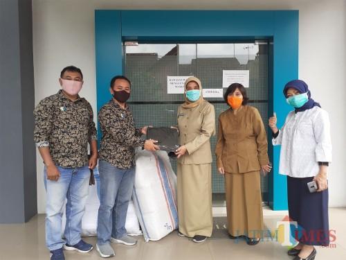 Penyaluran bantuan APD dari Mall Dinoyo City melalui MalangTIMES kepada Dinkes Kota Malang, Senin (18/5). (Arifina Cahyanti Firdausi/MalangTIMES).