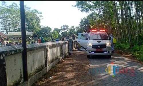 Pemakaman jenazah mahasiswa berstatus PDP asal Kecamatan Udanawu dilakukan petugas memakai APD lengkap.