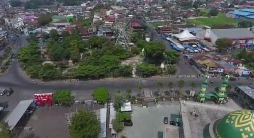 Pemandangan hari pertama PSBB dari atas area Alun-Alun Kota Batu yang nampak sepi. (Foto: istimewa)