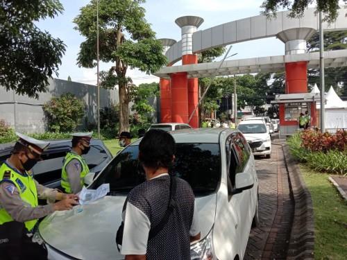 Petugas yang tengah melakukan pemeriksaan kendaran. (Ist)
