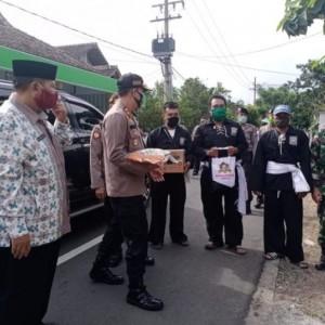 Polres Madiun Rangkul Pemerintah Desa Bagikan Paket Sembako
