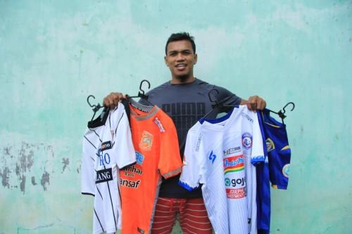 CEO Dokjreng FC, Yanuar Tri Firmanda saat membawa jersey yang akan dilelang (Dani Kristian)
