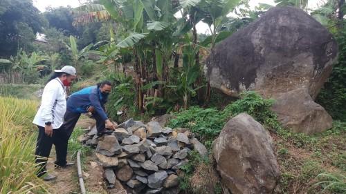 Tim Bidang Kebudayaan Dinas Pariwisata Kota Batu saat berada di lokasi Punden Watu Gede, Dusun Jeding, Desa Junrejo, Kecamatan Junrejo. (Foto: istimewa)