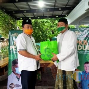 Wakil Ketua DPRD dari PKB Bagikan Sembako ke Puluhan Guru Ngaji di Kota Blitar