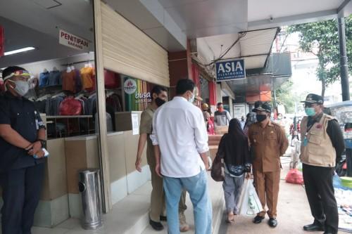 Wali Kota Malang Sutiaji (topi hitam) saat meminta toko fashion Trend Shop tutup selama PSBB Malang Raya. (Foto: Humas Pemkot Malang).