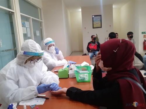 Suasana saat wartawan tengah dilakukan rapid test oleh petugas kesehatan dari Dinkes Kota Malang, Senin (18/5). (Arifina Cahyanti Firdausi/ MalangTIMES).