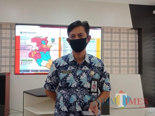 Juru Bicara Gugus Tugas Pencegahan dan Penanganan Pandemi Covid-19 Kabupaten Jombang Budi Winarno saat diwawancarai sejumlah wartawan. (Foto : Adi Rosul / JombangTIMES/